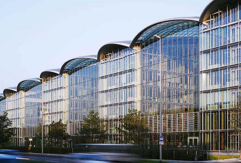Lufthansa Aviation Center, Frankfurt, Foliendach, Dacheinzelhalter, aufgeständert, Metalldach