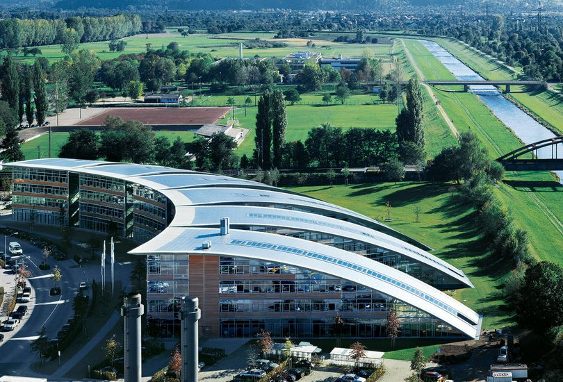 Burda Medienpark, Offenburg, Foliendach, Dacheinzelhalter, aufgeständert, Metalldach